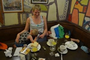Charlie, Matilda och Julian äter frukost