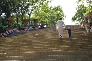 Pappa och Charlie går upp för den långa trappan