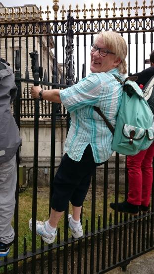 Min mamma, Margareta, står och tittar på Buckingham palace.